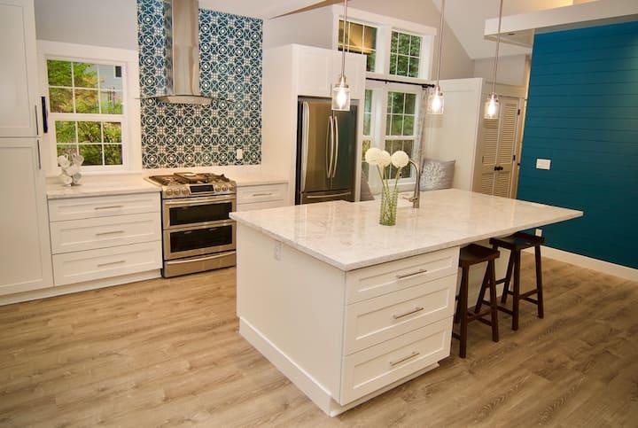 Newly Built 900sq ft Cottage, Water Views & Sauna!