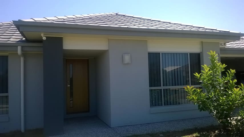 Quiet. relaxed  house close to theme parks - Upper Coomera - House