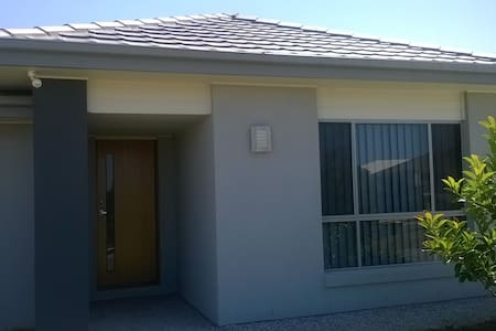 Quiet. relaxed  house close to theme parks - Upper Coomera - 独立屋