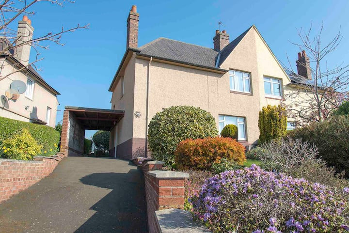Lovely & bright home with gardens, near Edinburgh