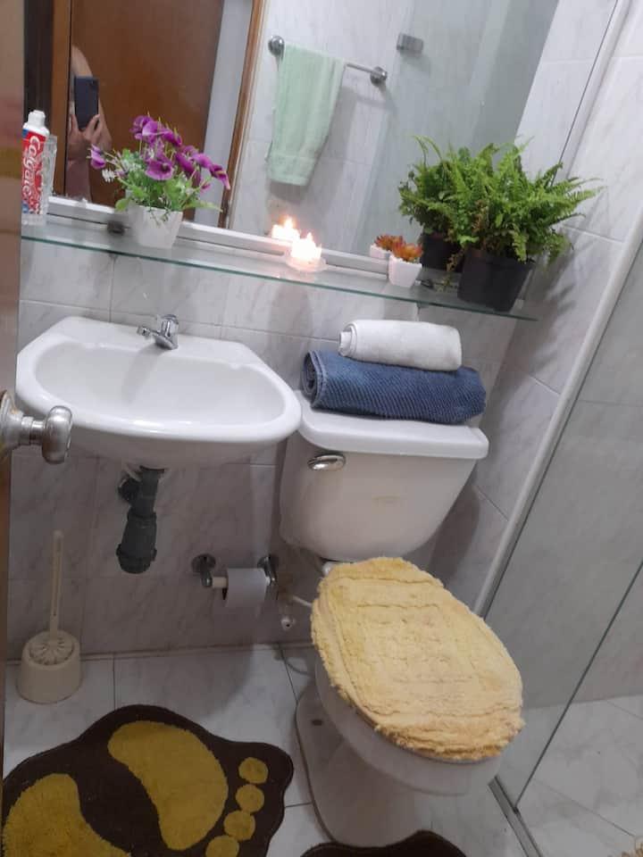 Habitación con A/A y baño privado + desayuno GRATS