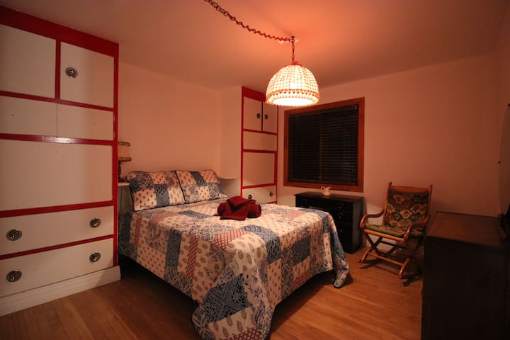 Ma chaumière au Québec, chambre de Raymonde