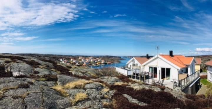Moderne skjærgårdshus med havsutsikt