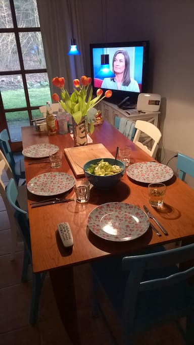 Gedeckter Tisch im Wohnzimmer...