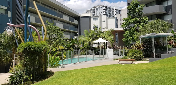 City Golf course apartment  w/ Pools, BBQs and gym
