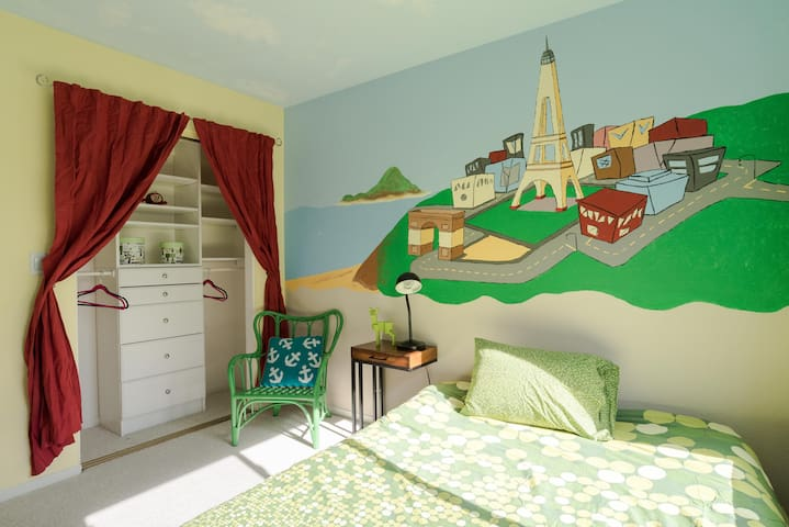Cozy room with designer wallpaint! - Redwood City - Townhouse
