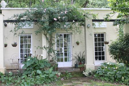 Bourbon Rose Cottage (sleeps 2) - Hilton