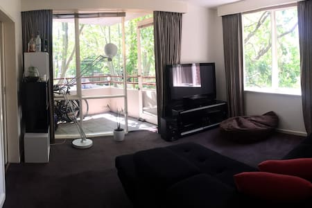 Light filled king 2 bedroom apt near Chapel St - Windsor