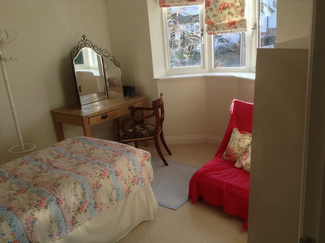 Modern single room in quiet house near town centre