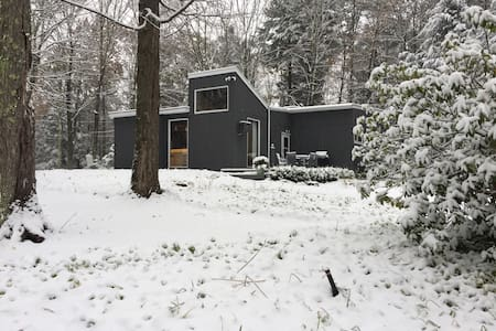 Contemporary Cottage adjacent to Private Lake - Great Barrington