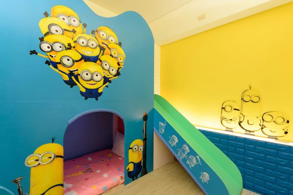 可愛的小小兵,配合柔和的黃色牆面加上燈光,讓小小兵更加突顯哦