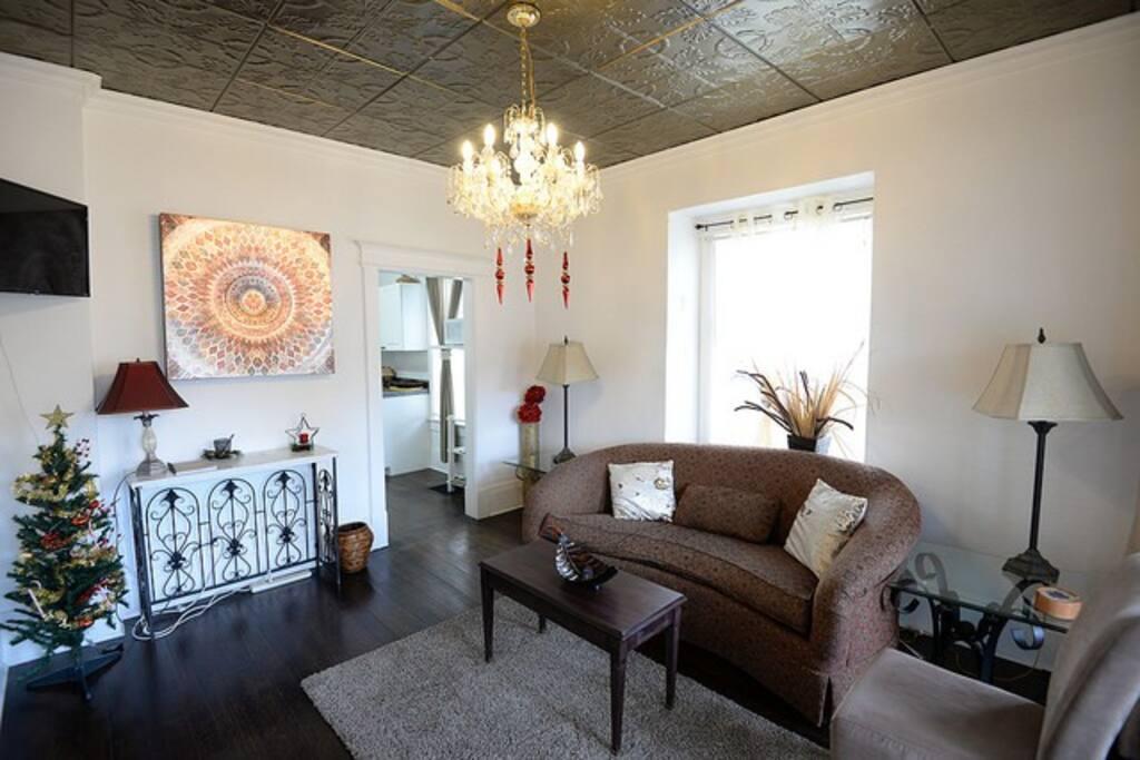 Living room w/ sofa, desk, TV w/Netflix