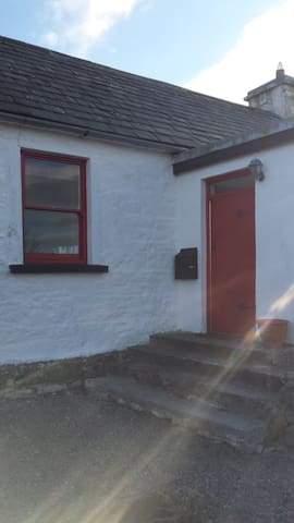 Twin room in heart of village - Walkers Paradise - Rent an Irish Cottage - Mökki