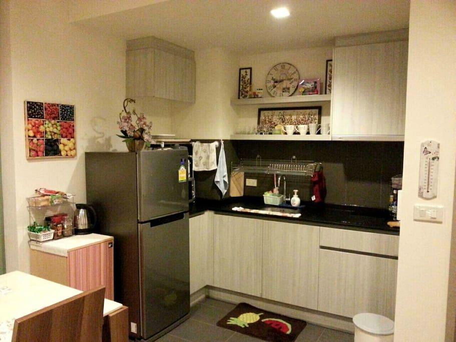 เรามีอุปกรณ์ชุดครัว ตู้เย็น เตาไฟฟ้า พร้อมประกอบอาหารง่าย ๆ ได้ค่ะ