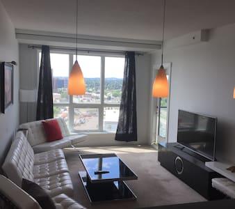 Modern private suite with mountain view - Calgary - Osakehuoneisto