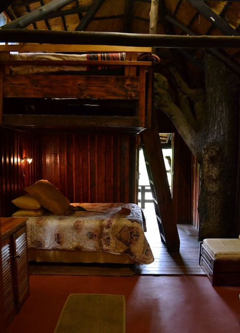 Rhino Chalet. En suite bathroom. 2 rooms, 4 single beds 1 double bed. Air conditioning. Satelite TV. WIFI.