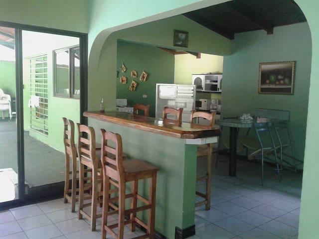 CASA GRANDE PARA 12 PERSONAS EN PLAYAS DEL COCO - Guanacaste - Ház