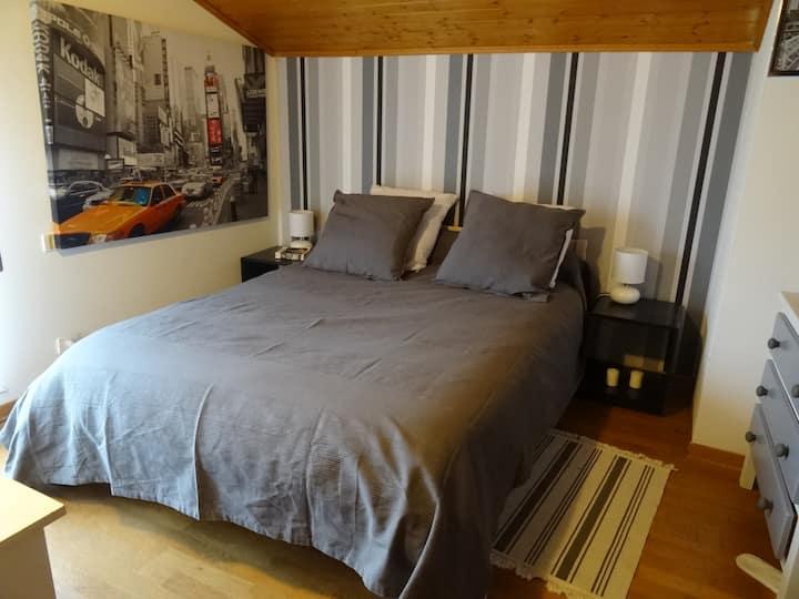 Chambre confortable dans grande maison calme