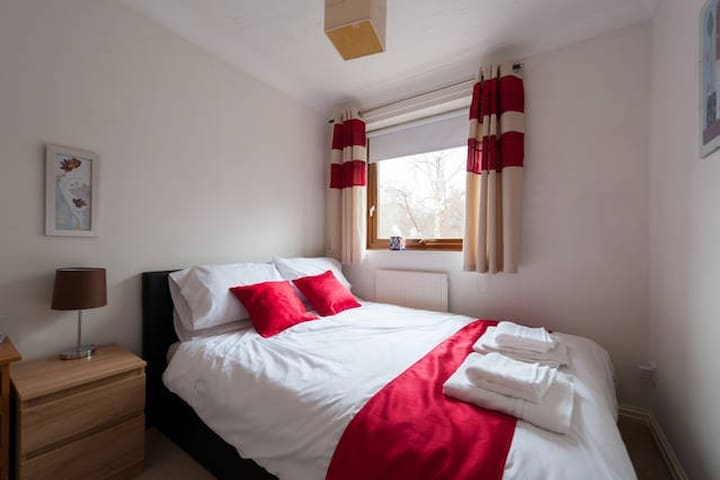 Quiet room in detached house with parking - 科爾切斯特(Colchester) - 獨棟