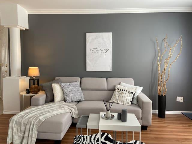 Stylish Modern Condo.Warm fireplace and coffee bar