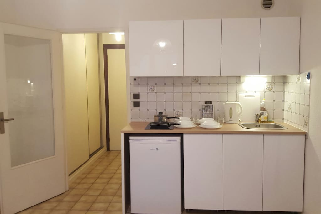 Cuisine equippée, avec la plaque chauffante, micro-onde, frigo, cafetiere et les poeles, casseroles, couverts, tasses...