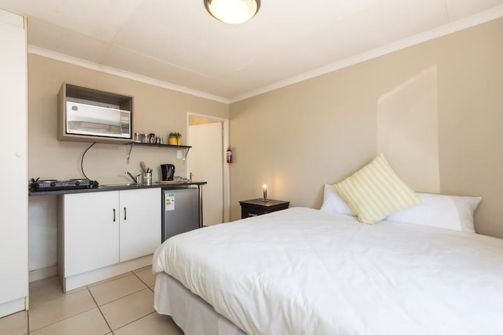 Cozy guestroom in Sandton- Room 2