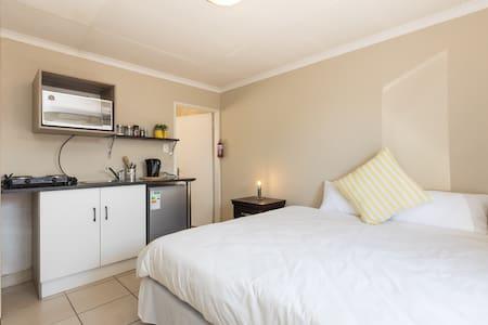 Cozy guestroom in Sandton- 1