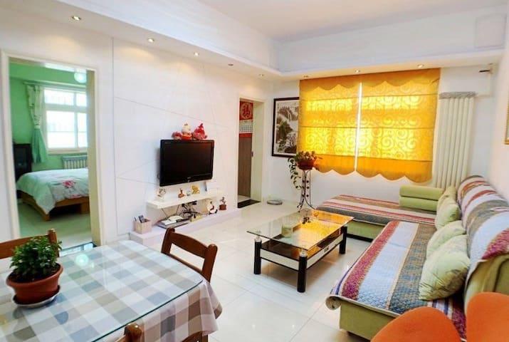 客厅实拍,有线电视和无线网络24小时开放,贵妃沙发休息更舒适。