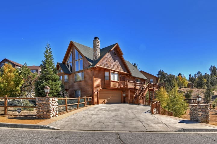 A Change in Altitude: Lux Lodge Style Retreat in the Desirable Castle Glen Estates! Game Room! Spa!