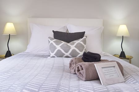 BOOK NOW!!! WARM FAMILY HOME!! 4 Mins to Airport!