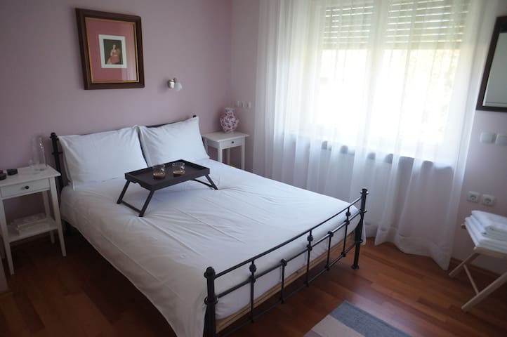 Quite, central and lovely room in a garden house - Ljubljana - Daire