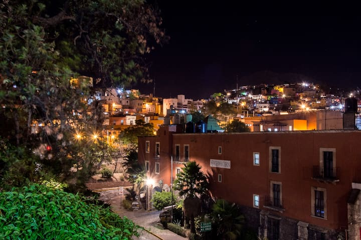 Vista nocturna a la ciudad desde la terraza común