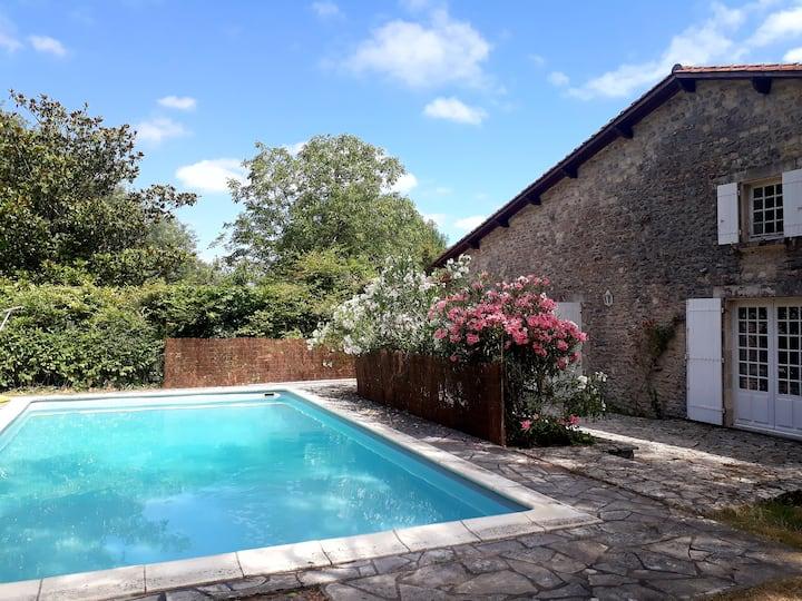 Belle maison familiale en pierre avec piscine