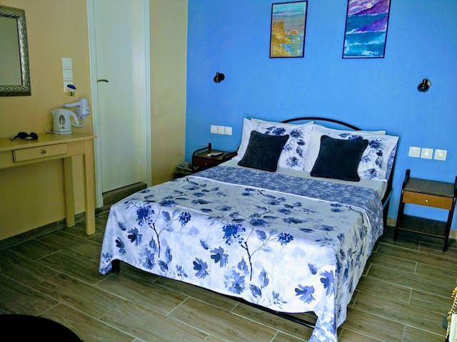 Double Room 5 min walk to town + beach. Sea Views.