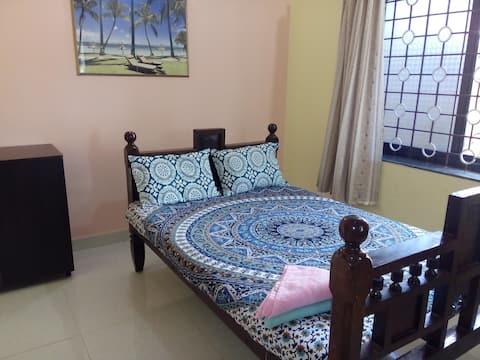 Sunny spacious room in Anjuna.
