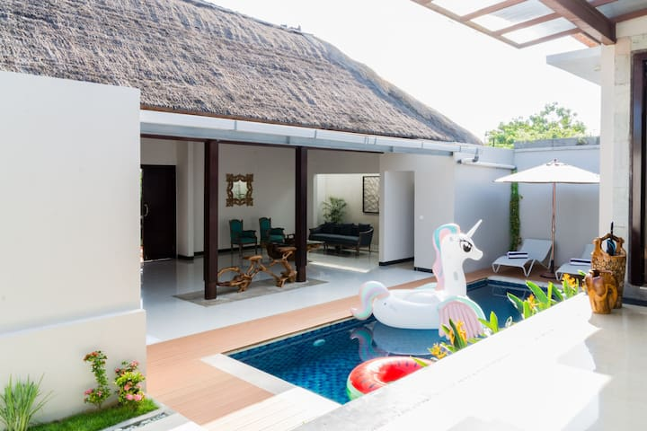 Luxury 3 Bedroom Villa By The Sunset Road