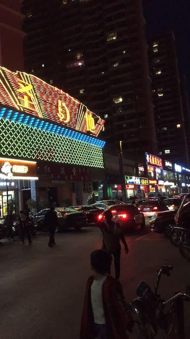 小区楼下的夜景(KTV及本地特色餐厅一条街)