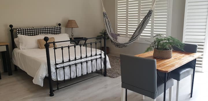 Lovely  private room with separate entrance & WiFi