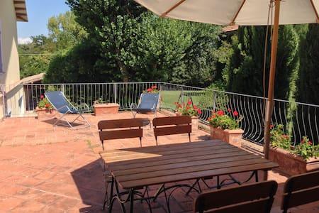 Ulivo, vista piscina e giardino - Giano dell'Umbria - アパート