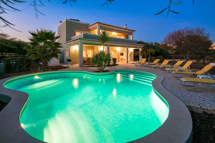 Villa Viktoria - Contemporary 4 bedroom villa - Close to many amenities. Great Pool!