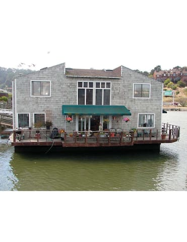HOUSEBOAT FROM DOCK