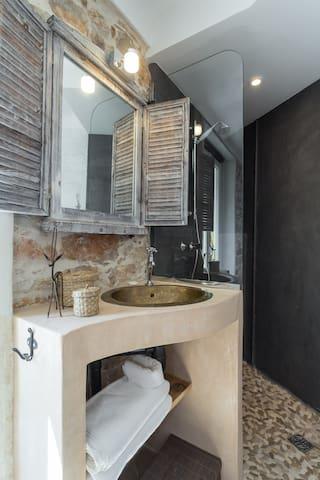 salle d'eau avec douche et vasque sur mesure dans la deuxième chambre