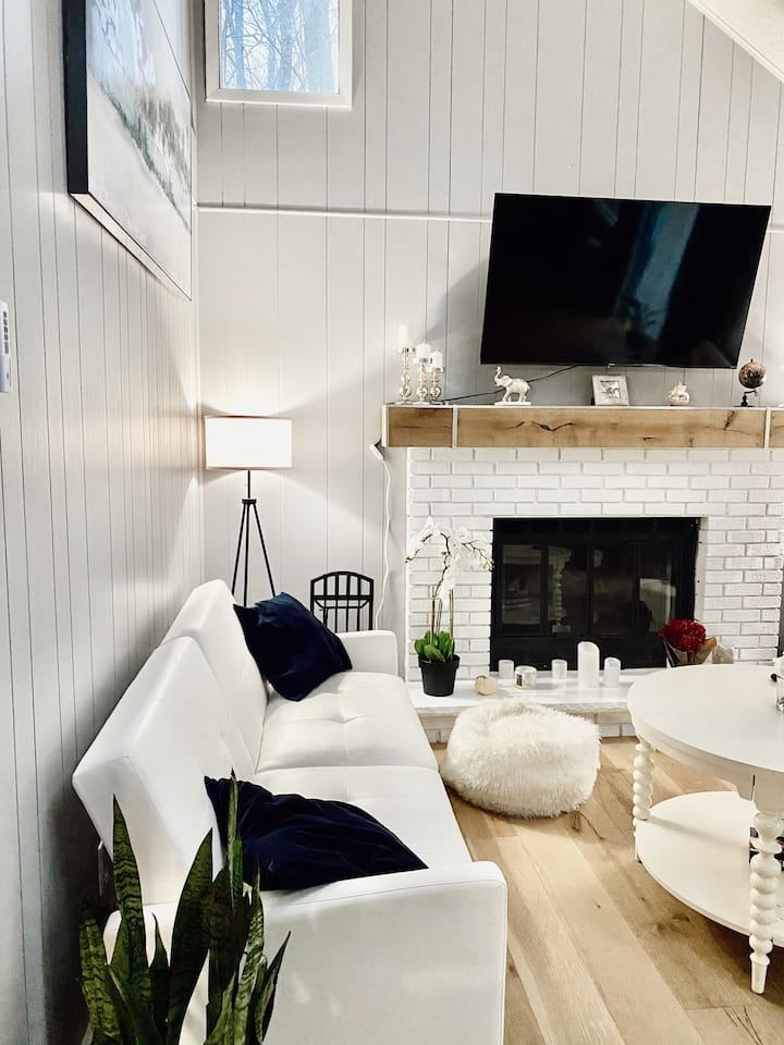 Modern And Cozy Retreat In The Hideout!