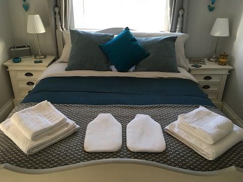 Quiet, luxury en-suite double room with breakfast