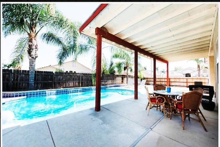 Modern Home With Pool. 4 beds 2 living fits 16!