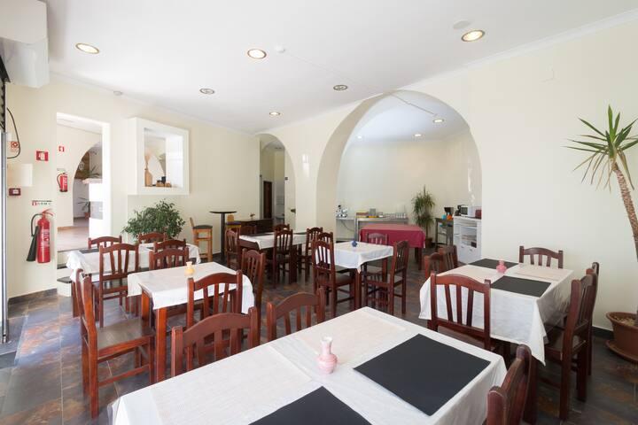 """""""Beja Hostel"""" - Sala de refeições no edifício da recepção."""