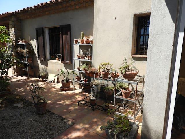 Chambre3 dans un mas provençal entourée de vignes
