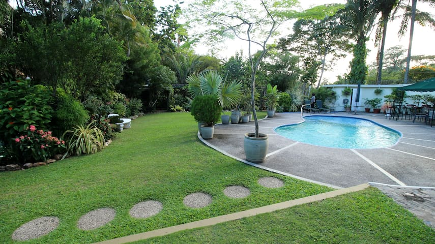 POS Oasis Private Room, garden, pool, wifi, secure