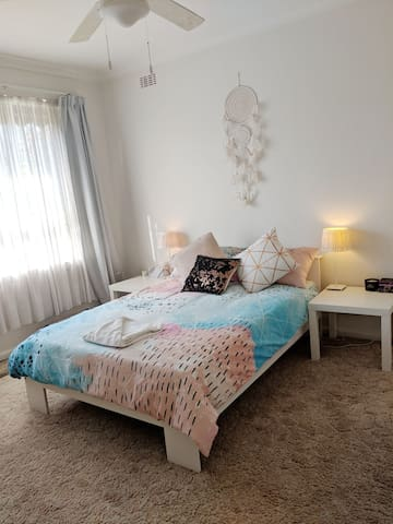 Bright & airy room + breakfast in South East burbs