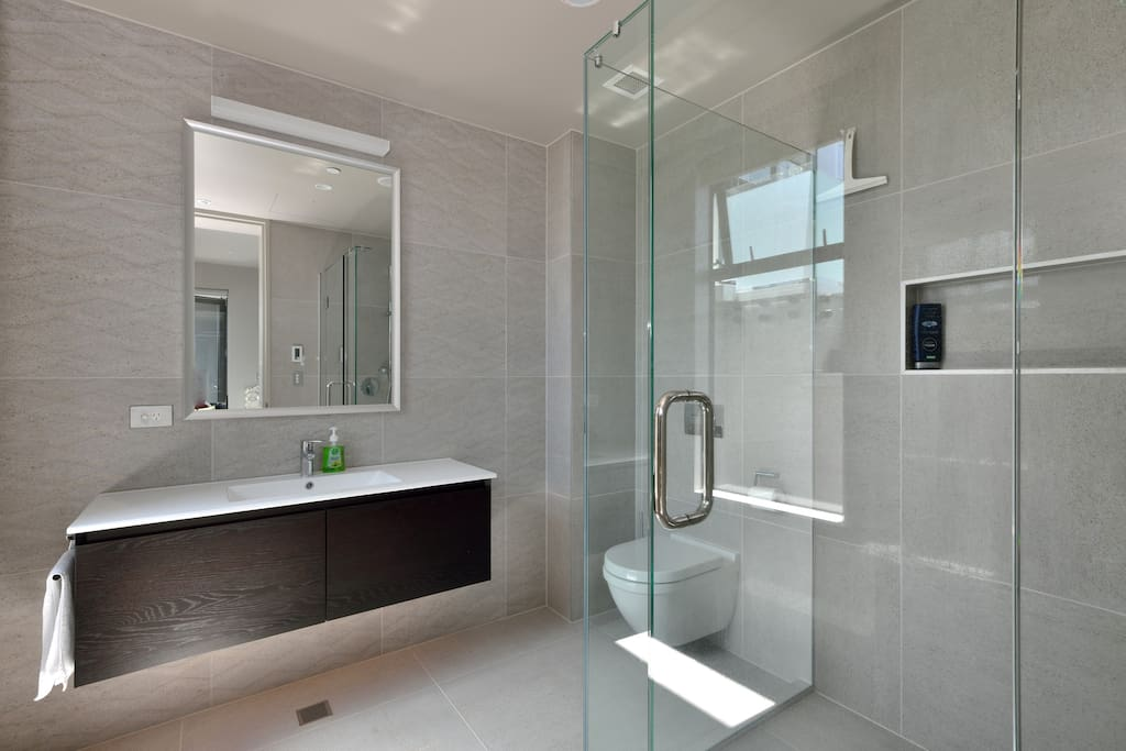Separate guest en-suite for guests exclusive use.